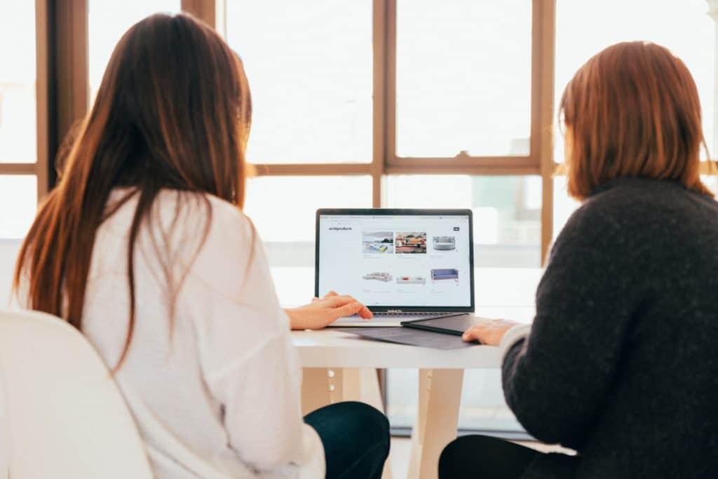 Who do digital marketing agencies help?